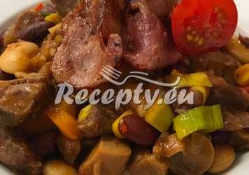 Fazolový guláš s dvěma druhy masa Luštěniny